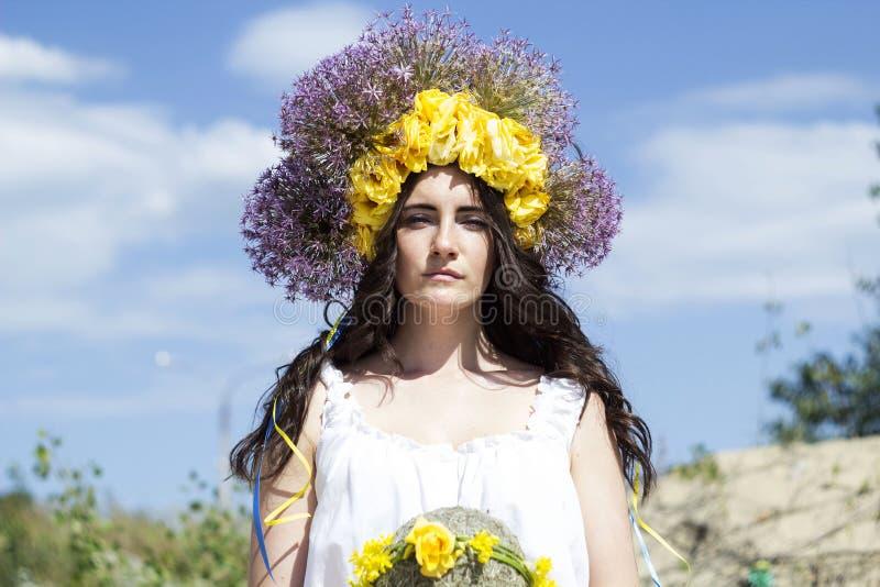 Retrato de la mujer hermosa joven con el anillo de flores en ella fotografía de archivo