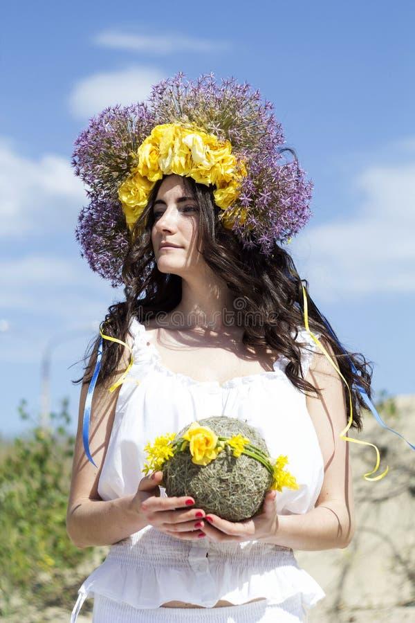 Retrato de la mujer hermosa joven con el anillo de flores en ella foto de archivo libre de regalías