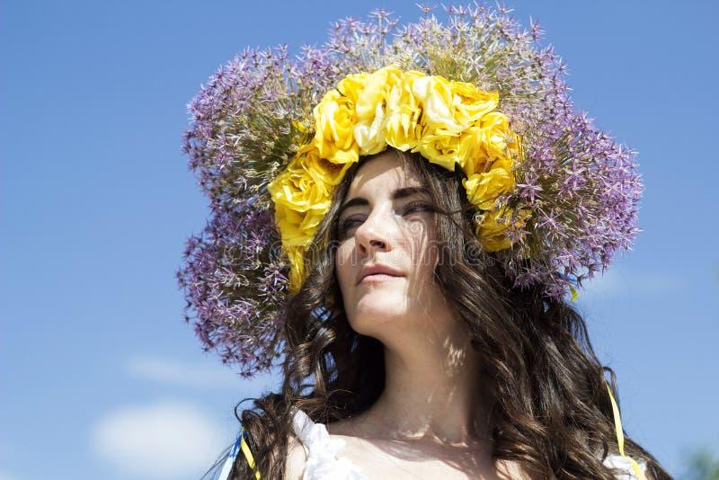 Retrato de la mujer hermosa joven con el anillo de flores en ella imágenes de archivo libres de regalías