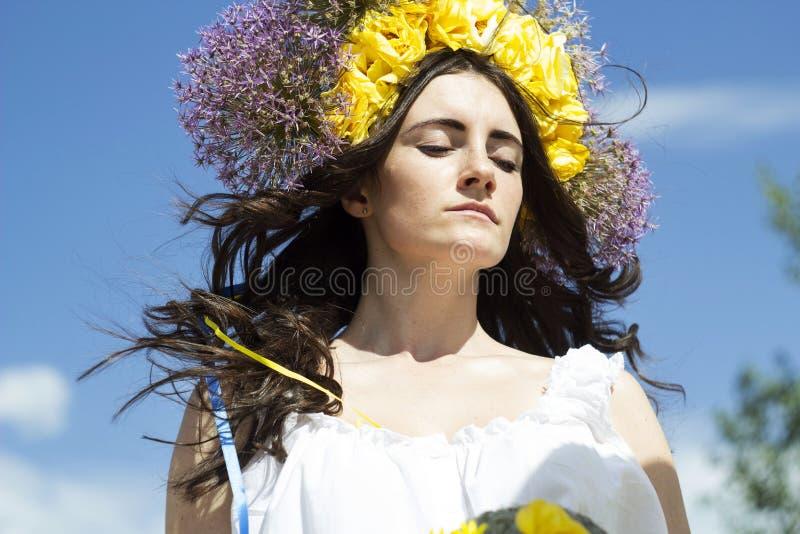 Retrato de la mujer hermosa joven con el anillo de flores en su pelo foto de archivo