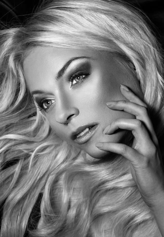 retrato de la mujer hermosa joven con el blon largo foto de archivo libre de regalías