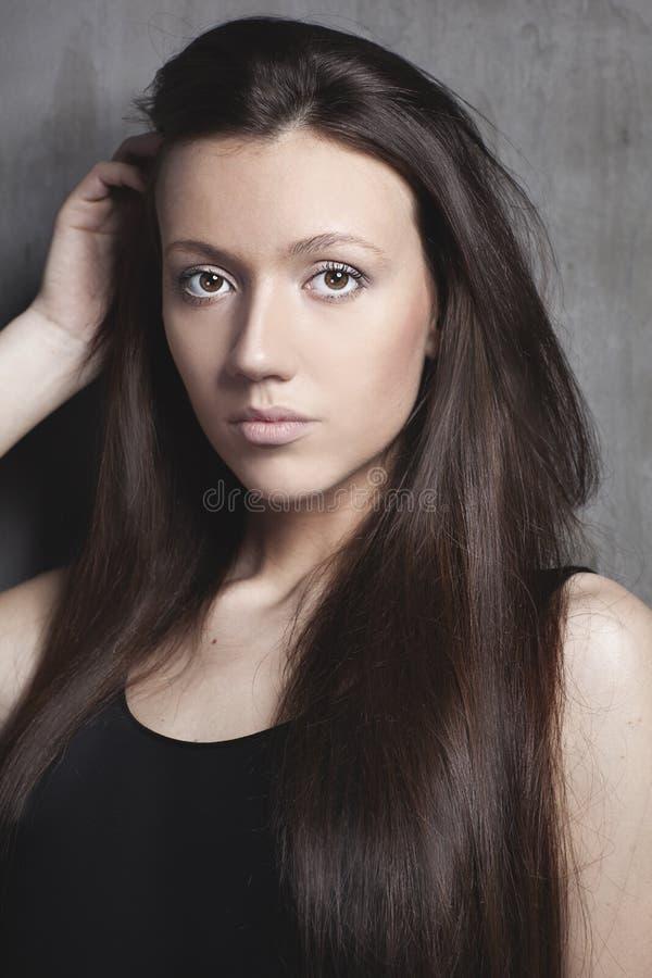 Retrato de la mujer hermosa joven con el pelo marrón recto foto de archivo