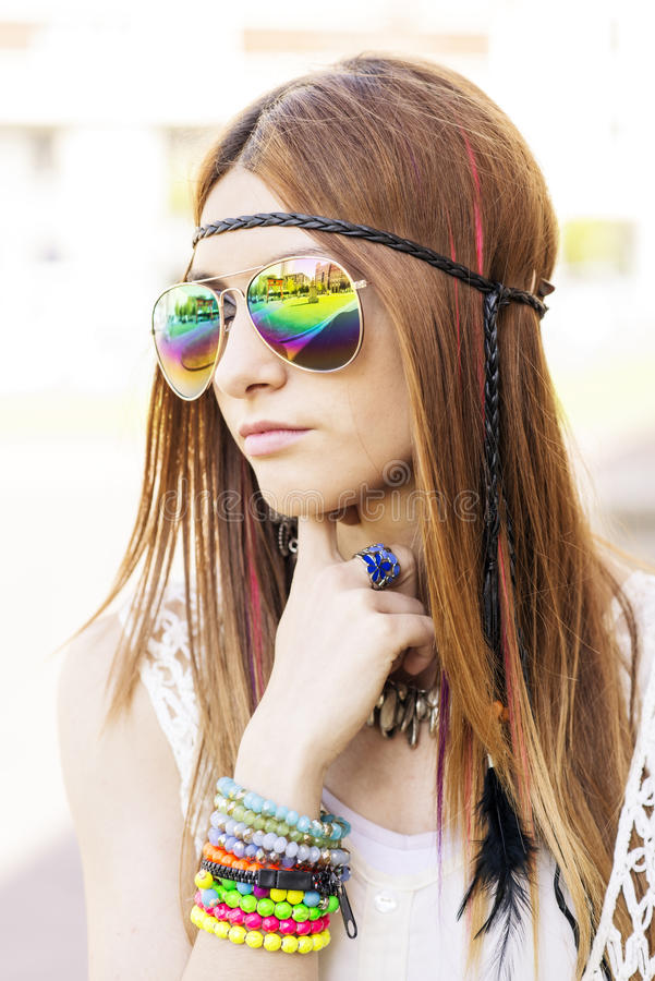 Retrato de la mujer hermosa joven con estilo del hippie de las gafas de sol fotos de archivo