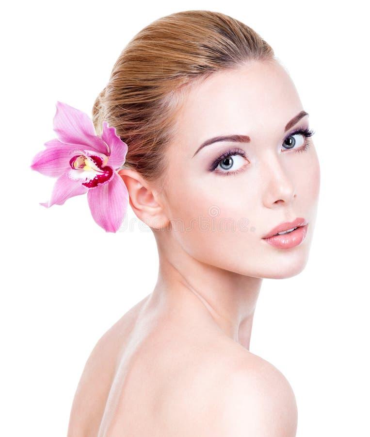 Retrato de la mujer hermosa joven con una piel limpia sana de t fotografía de archivo libre de regalías
