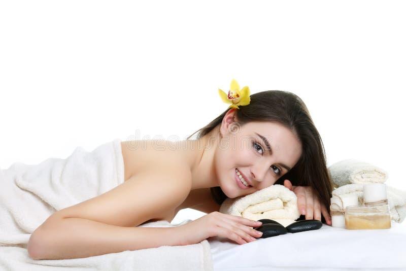 Retrato de la mujer hermosa joven en el ambiente del balneario imagen de archivo libre de regalías