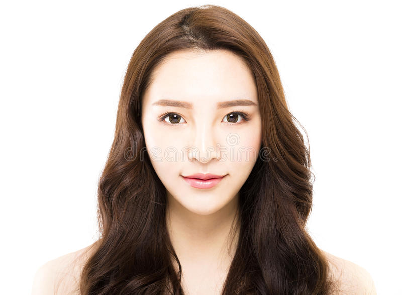 Retrato de la mujer hermosa joven en el fondo blanco imagen de archivo libre de regalías