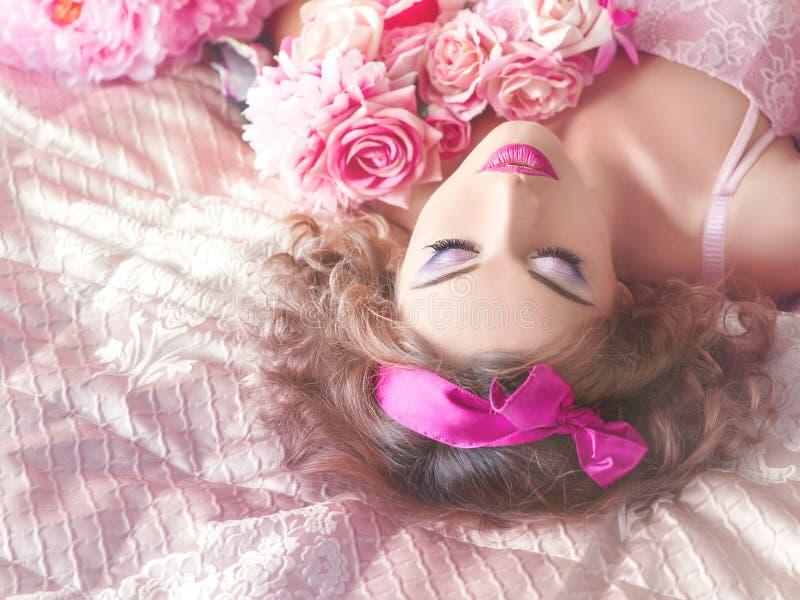 Retrato de la mujer hermosa joven en estilo de la muñeca imagen de archivo libre de regalías
