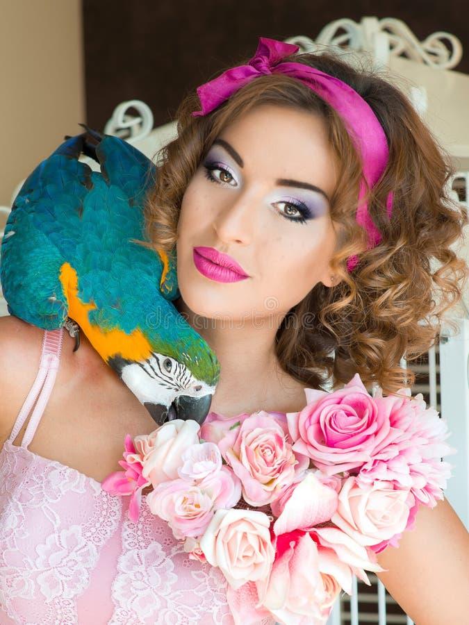 Retrato de la mujer hermosa joven en estilo de la muñeca con el ara foto de archivo