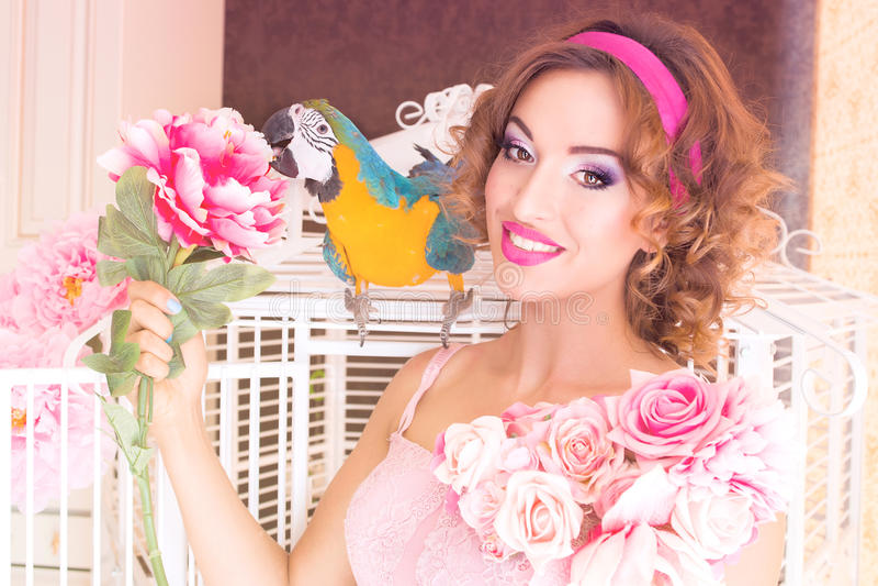 Retrato de la mujer hermosa joven en estilo de la muñeca con el ara imagen de archivo libre de regalías