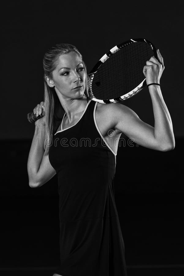 Retrato de la mujer hermosa joven que juega a tenis fotos de archivo libres de regalías