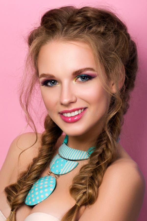 Retrato de la mujer hermosa joven sonriente con el mak brillante del verano imagen de archivo libre de regalías