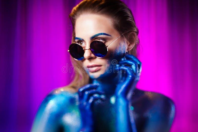 Retrato de la mujer hermosa pintado con colores cósmicos y spangled fotografía de archivo