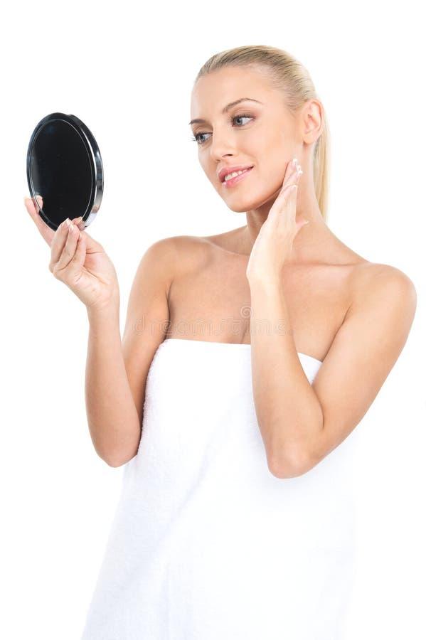 Retrato de la mujer hermosa que mira el espejo fotos de archivo libres de regalías