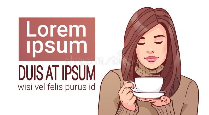 Retrato de la mujer hermosa que sostiene la taza con la bebida caliente que lleva el suéter caliente sobre el fondo blanco con el libre illustration