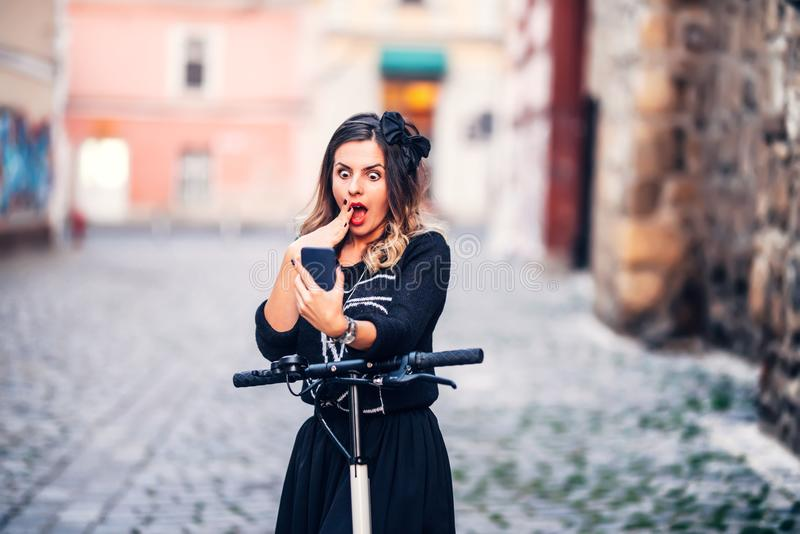 Retrato de la mujer hermosa que toma imágenes de sí misma con smartphone Tomando selfies y la fabricación de caras foto de archivo libre de regalías