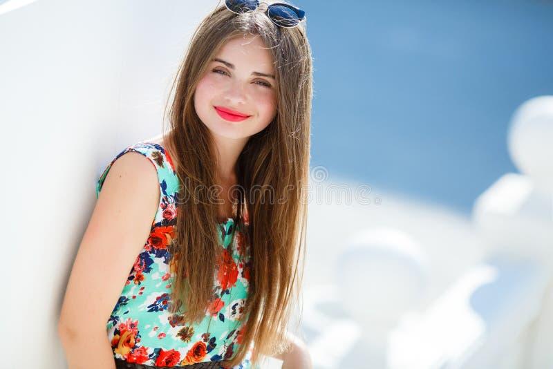 Retrato de la mujer hermosa sonriente de los jóvenes imagen de archivo