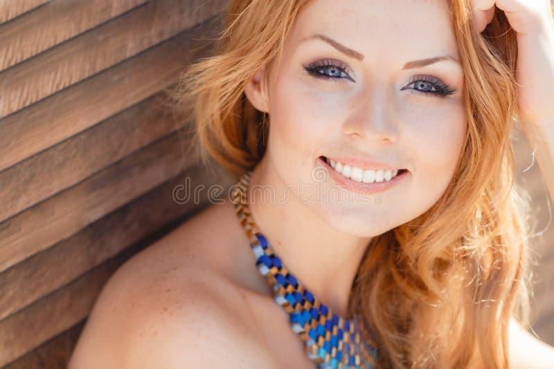 Retrato de la mujer hermosa sonriente de los jóvenes imágenes de archivo libres de regalías