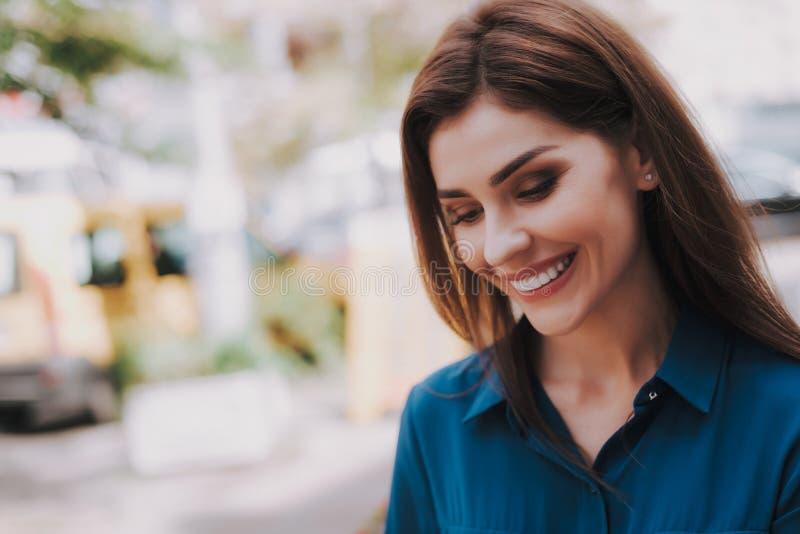 Retrato de la mujer hermosa sonriente que es al aire libre imagen de archivo libre de regalías