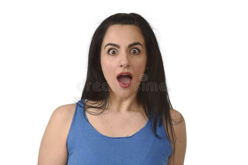 Retrato de la mujer hispánica hermosa joven sorprendida en choque e incredulidad foto de archivo libre de regalías