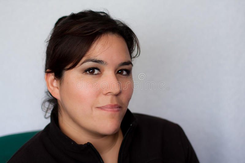 Retrato de la mujer hispánica seria o severa imagenes de archivo