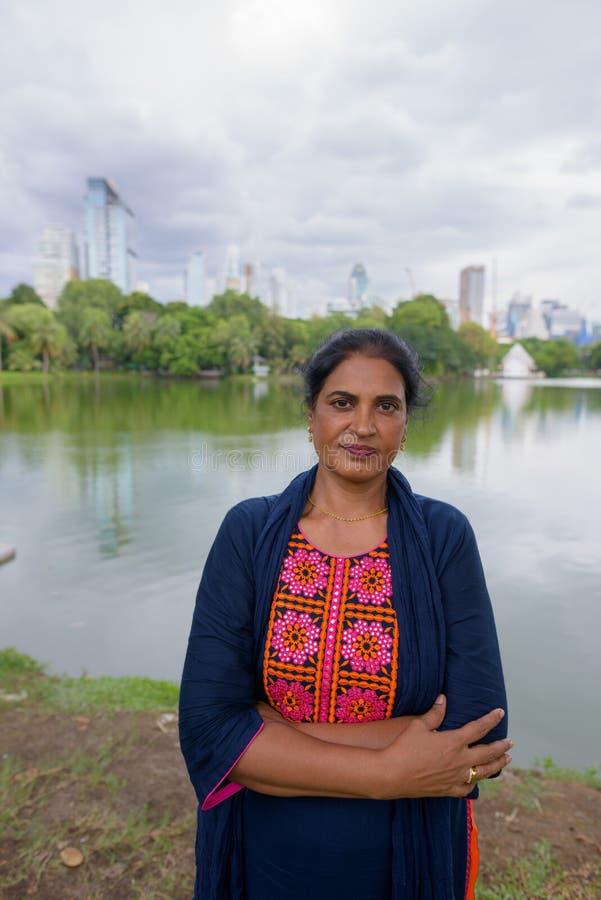 Retrato de la mujer india madura en el parque foto de archivo