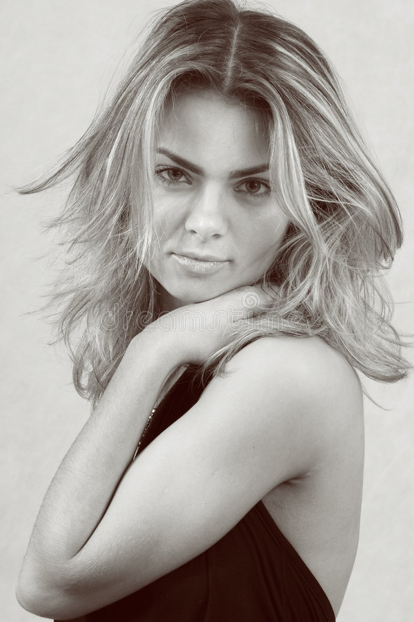 Download Retrato de la mujer joven imagen de archivo. Imagen de virginal - 1293001