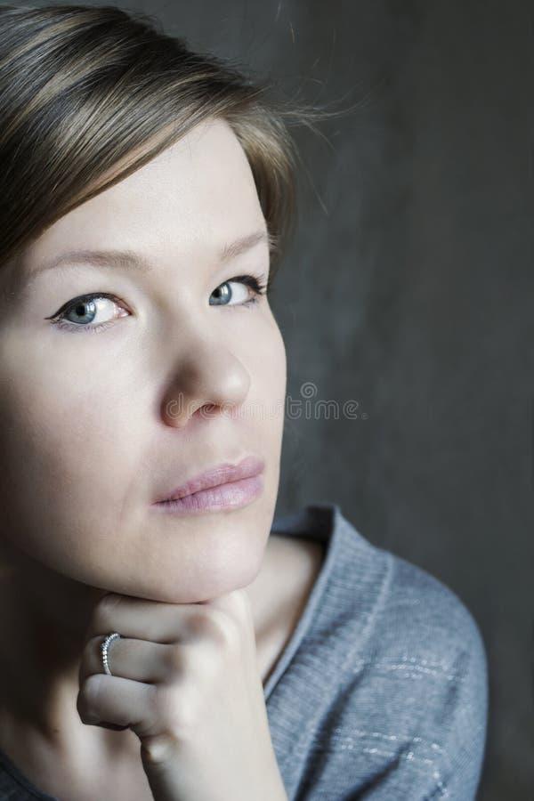 Retrato de la mujer joven foto de archivo libre de regalías
