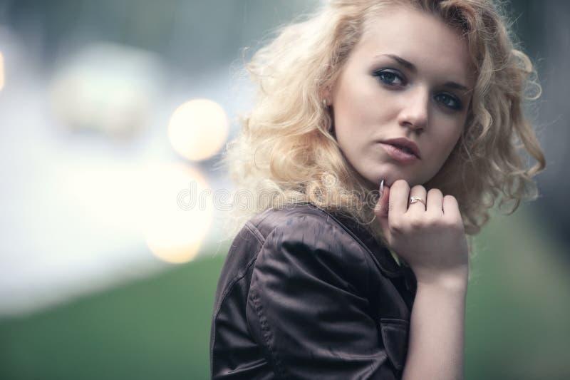 Retrato de la mujer joven al aire libre fotografía de archivo