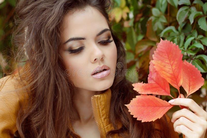 Retrato de la mujer joven al aire libre. Maquillaje. Otoño imagenes de archivo