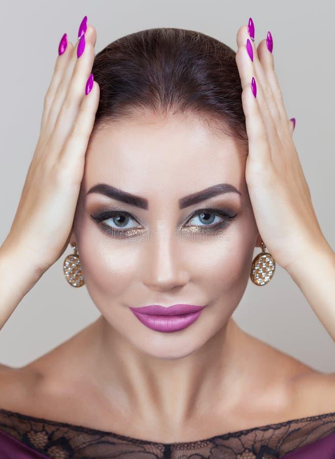 Retrato de la mujer joven atractiva con maquillaje hermoso imagenes de archivo