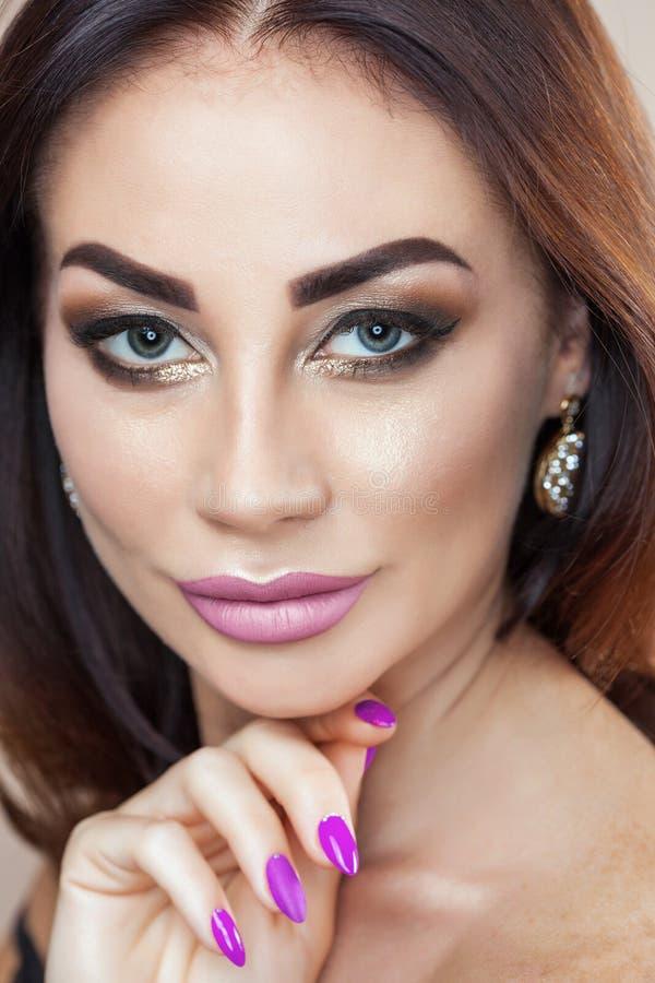 Retrato de la mujer joven atractiva con maquillaje hermoso fotografía de archivo libre de regalías