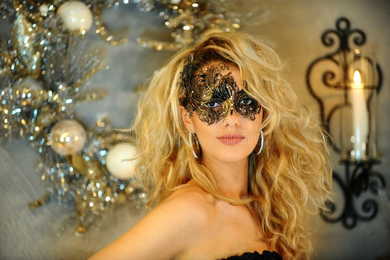 Retrato de la mujer joven atractiva en ropa interior negra y la máscara veneciana imagen de archivo libre de regalías