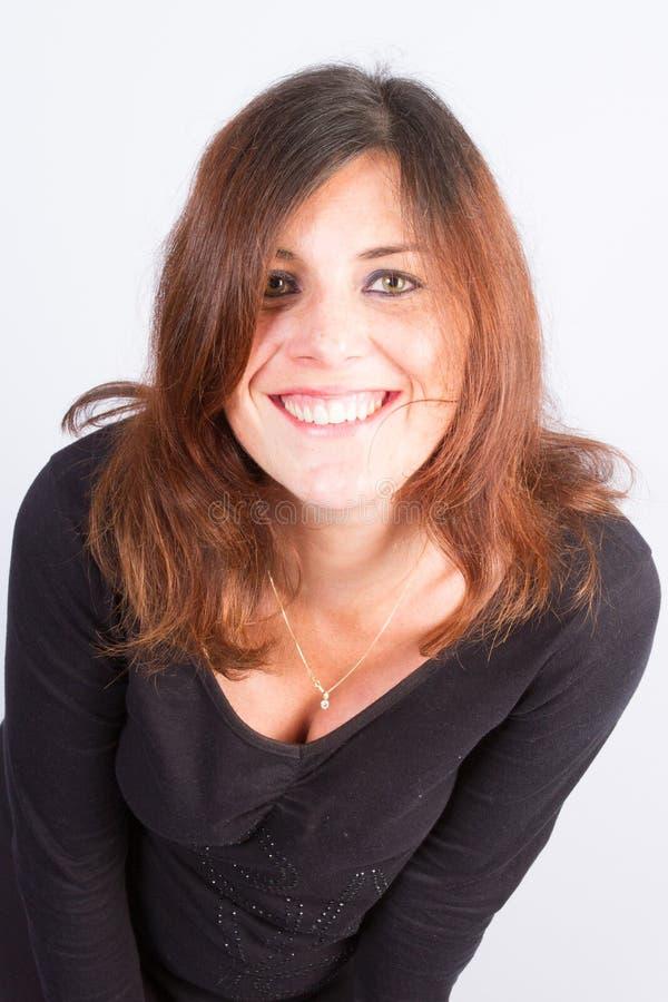 Retrato de la mujer joven atractiva hermosa con el pelo marrón largo sobre fondo gris imágenes de archivo libres de regalías