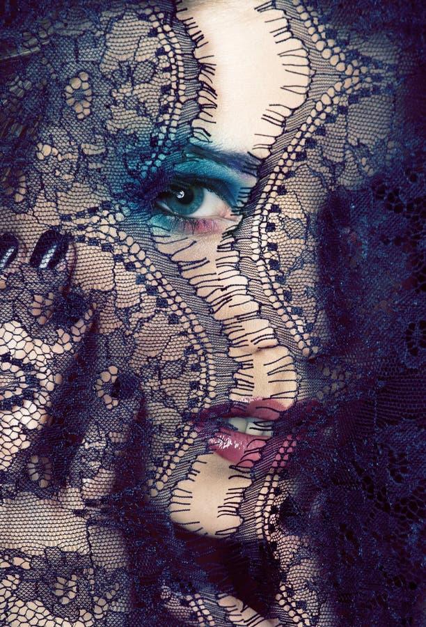 Retrato de la mujer joven de la belleza con cierre del cordón encima del mak del misterio fotos de archivo libres de regalías