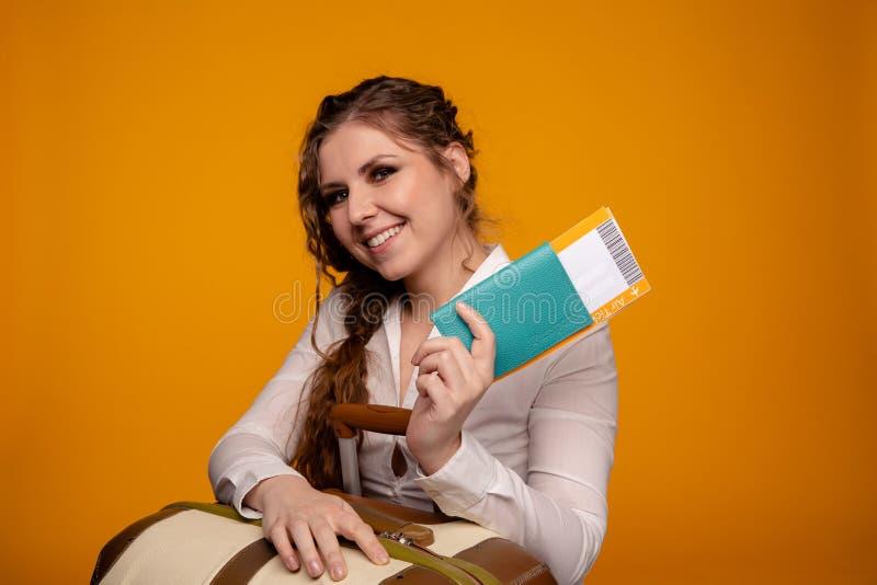 0a80f8e1667e Mujer Bastante Joven En La Blusa Amarilla Aislada Encendido Foto de ...