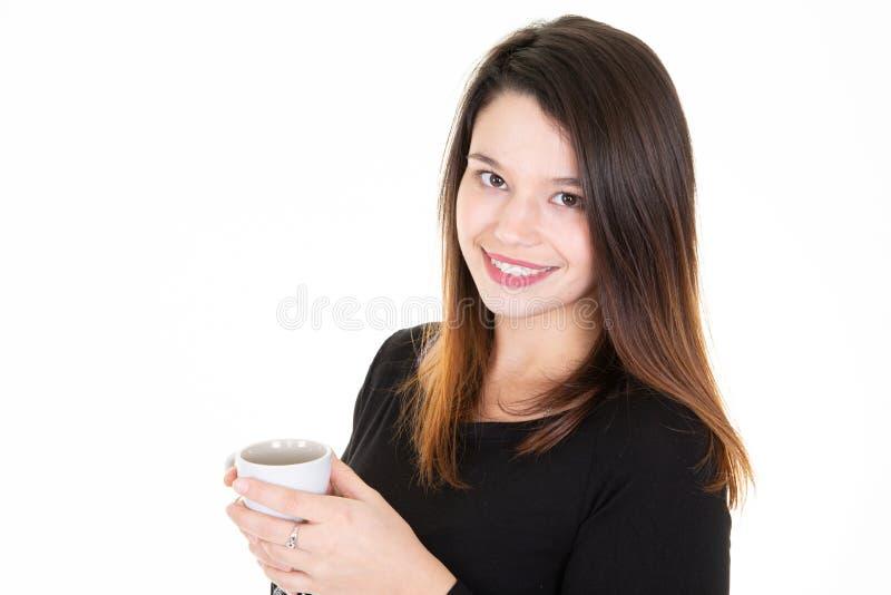 Retrato de la mujer joven bonita que sostiene una taza de la taza de café fotos de archivo