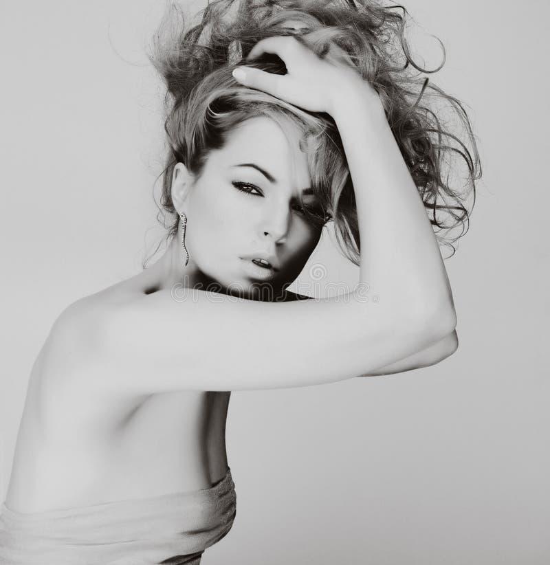Retrato de la mujer joven caucásica con el pelo rubio imagen de archivo