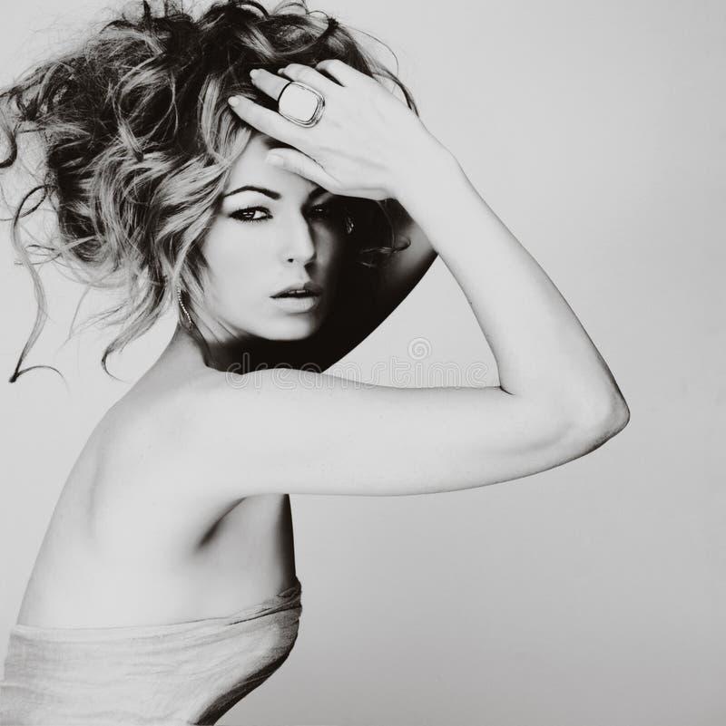 Retrato de la mujer joven caucásica con el pelo rubio, ojo hermoso imagen de archivo libre de regalías