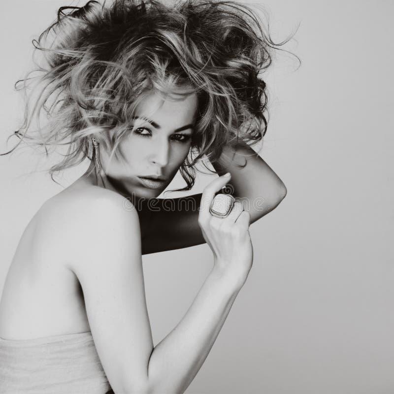 Retrato de la mujer joven caucásica con el pelo rubio, ojo hermoso imagenes de archivo