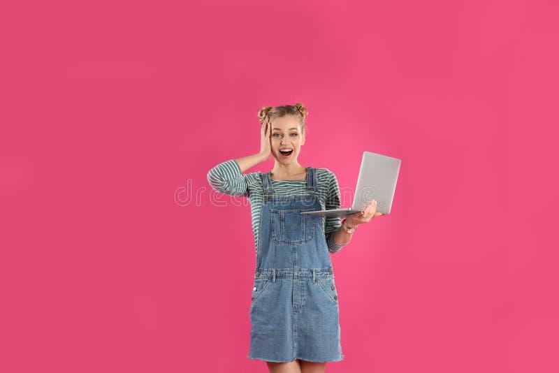 Retrato de la mujer joven con la computadora port?til imágenes de archivo libres de regalías