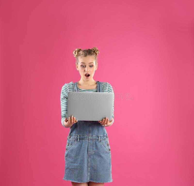 Retrato de la mujer joven con la computadora port?til imagenes de archivo