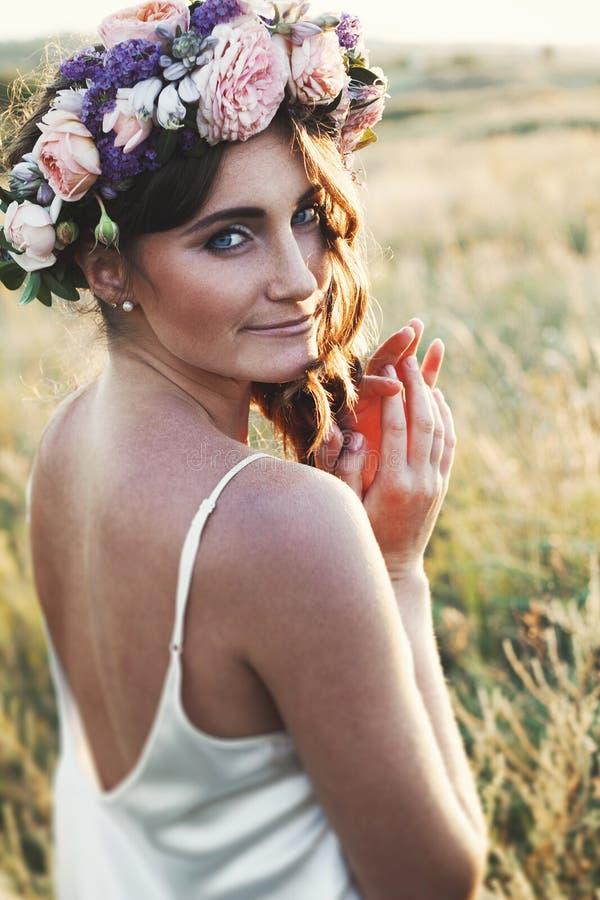 Retrato de la mujer joven con el anillo de flores en la cabeza imágenes de archivo libres de regalías