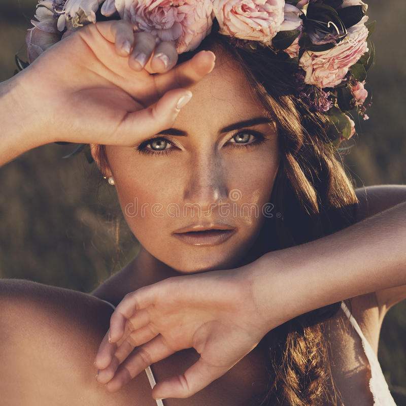 Retrato de la mujer joven con el anillo de flores en la cabeza imagen de archivo
