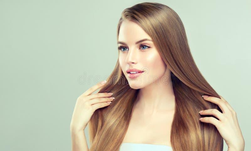 Retrato de la mujer joven con el peinado recto, flojo en la cabeza Tecnologías de la belleza de Hairdressingand imagenes de archivo