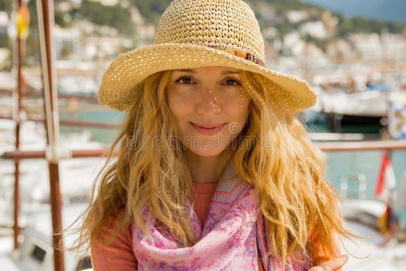 Retrato de la mujer joven con el pelo rizado ligero en sombrero de paja foto de archivo libre de regalías