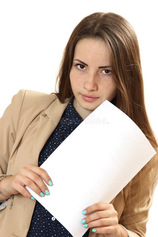 Retrato de la mujer joven con la bandera blanca en blanco, tablero en la ISO blanca imagen de archivo libre de regalías