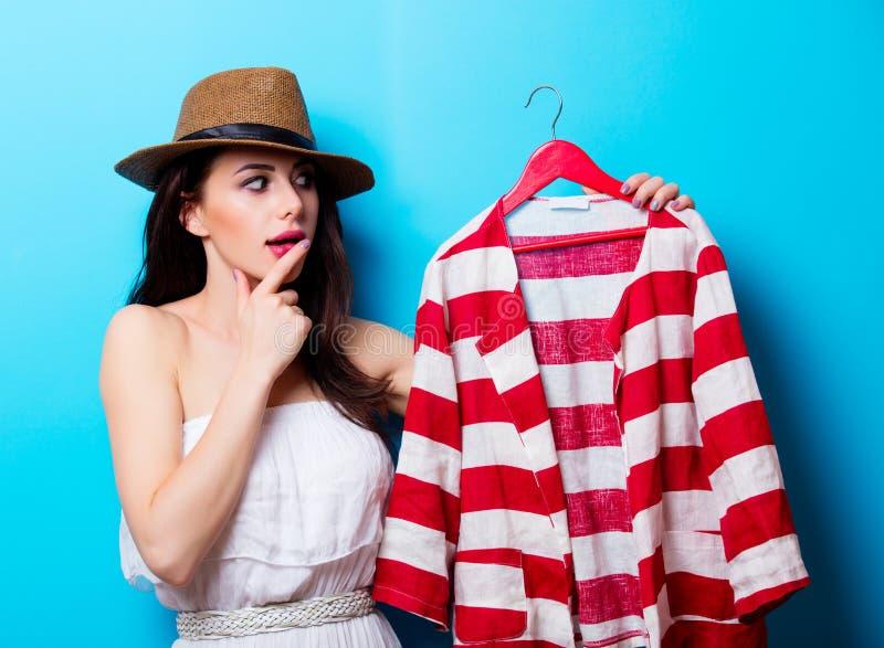 Retrato de la mujer joven con la chaqueta imagen de archivo