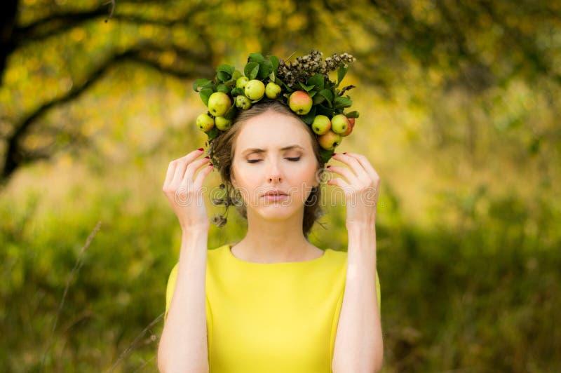 Retrato de la mujer joven con la guirnalda en la cabeza fotografía de archivo libre de regalías