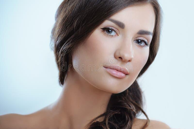 Retrato de la mujer joven con la piel perfecta imagen de archivo libre de regalías