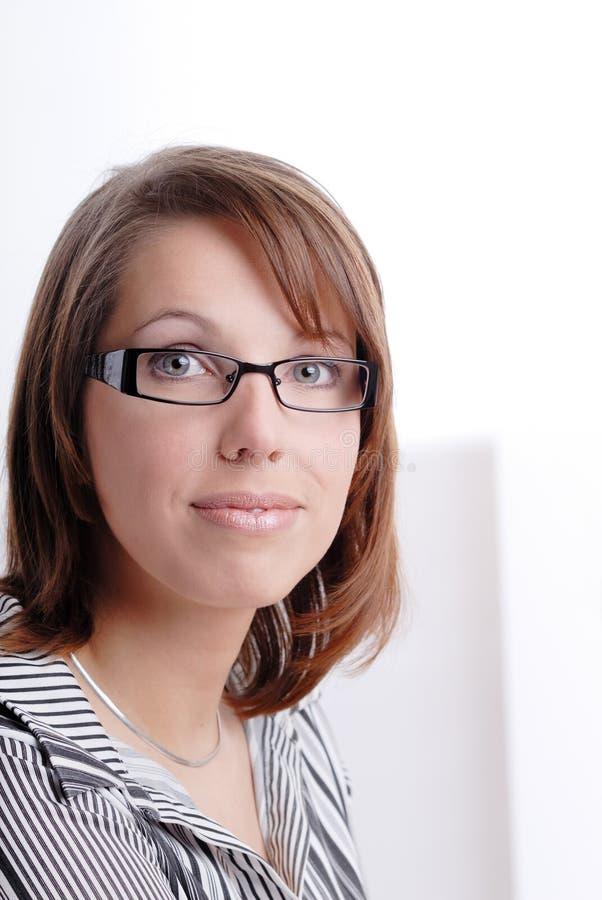Retrato de la mujer joven con los vidrios fotografía de archivo